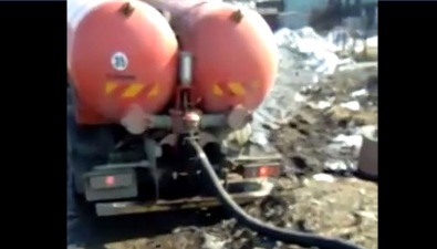 Ассенизаторские машины регулярно сливают фекальные воды наберег моря вЯблочном