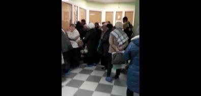 В поликлинике Корсакова выстраиваются огромные очереди заталонами