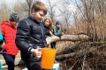 200 мальков кеты выпустили взаводь реки Излучной юные долинцы