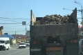 В Южно-Сахалинске борются сводителями, просыпающими мусор надороги