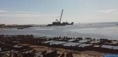 Баржа начала поднимать суда накорсаковском кладбище кораблей