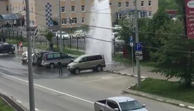 У детской поликлиники вЮжно-Сахалинске забил шестиметровый фонтан
