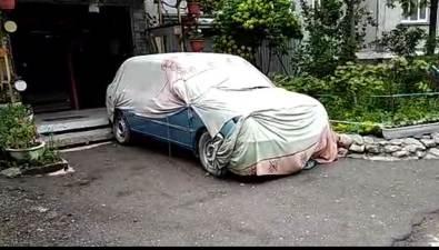 Укрытый отнепогоды автомобиль двагода мешает южносахалинцам выходить изподъезда