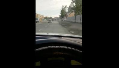 Новая разметка наулице Шлакоблочной предлагает автомобилистам ехать пообочине