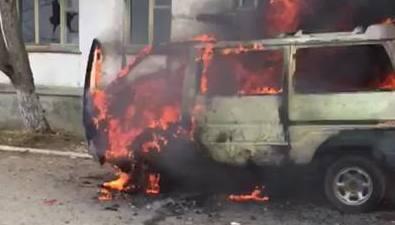 Подростки сожгли микроавтобус водном издворов Охи