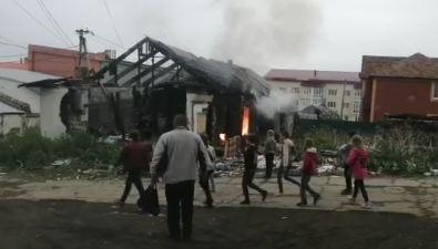 На улице Чехова вХолмске горит заброшенный дом