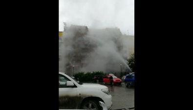 Многометровый фонтан воды бьет вдом поулице Ленина вЮжно-Сахалинске