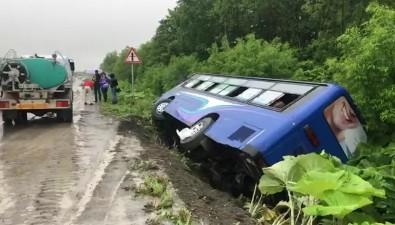 Автобус спассажирами упал вкювет наанивской трассе