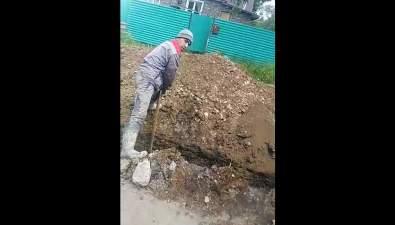При прокладке газопровода вДолинске рабочие повредили трубу водоснабжения
