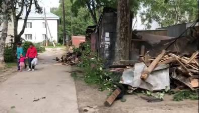 На улице Невельской вЮжно-Сахалинске небезопасно ломают гаражи