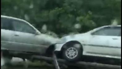 """Две """"Тойоты"""" после столкновения повисли намосту недалеко отАнивы"""