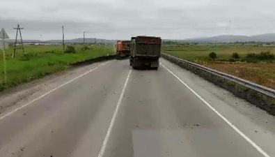 На подъезде кОльховке угрузовика опрокинулся прицеп суглем