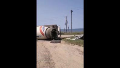 На въезде вГорнозаводск перевернулась бетономешалка