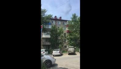 В 10-м микрорайоне Южно-Сахалинска дымится вторая задень крыша