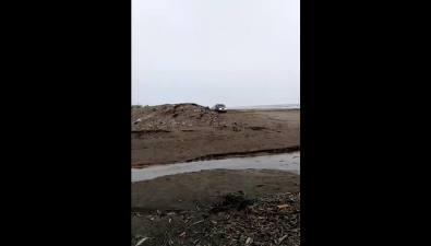 Полицейские Поронайска задержали пьяного водителя внедорожника, пытавшегося скрыться наберегу моря