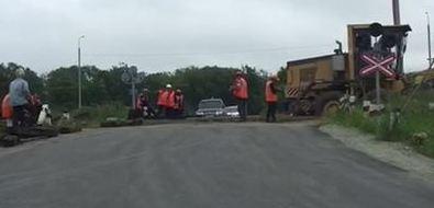 Единственный выезд изСтарорусского безпредупреждения перекрыли железнодорожные рабочие