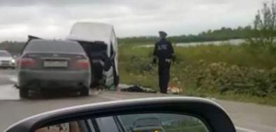 Toyota Crown лобв лобстолкнулась сгрузовиком навыезде изЮжно-Сахалинска