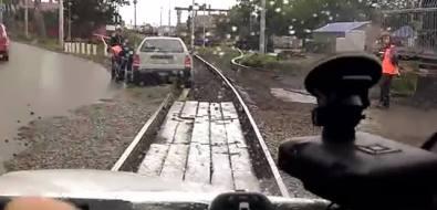 В Южно-Сахалинске легковушка оказалась нажелезнодорожных путях