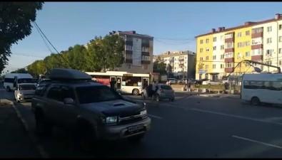На улице Ленина вЮжно-Сахалинске напроезжую часть упала праздничная иллюминация