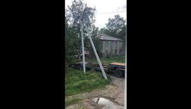 При сносе дома вселе Восток строители оборвали провода телефонной связи икабельного телевидения
