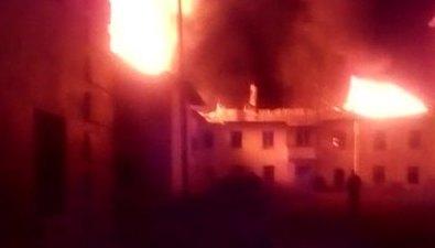 Загоревшийся ночью домв Вахрушеве тушат досих пор