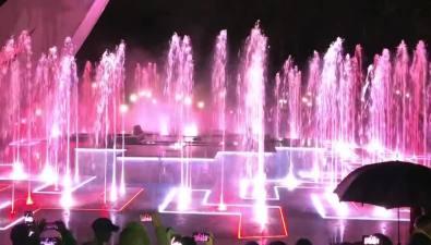 Музыкальный фонтан торжественно запустили впарке Южно-Сахалинска