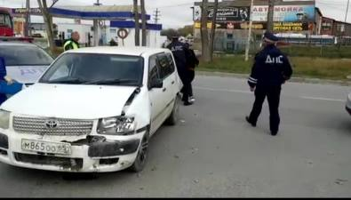 14-летняя сахалинка угнала машину отца, попала вДТП ипнула сотрудника скорой помощи