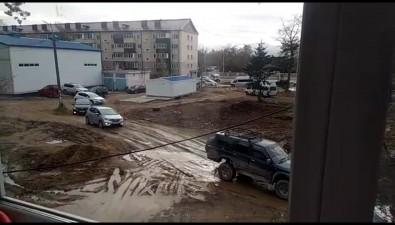 Автолюбители устроили водном издворов Южно-Сахалинска объезд перекрытой Комсомольской