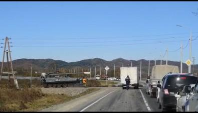 Военная техника портит асфальт исоздает пробки наюге Сахалина
