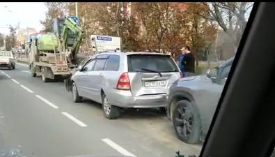 Кран-балка итри иномарки столкнулись напроспекте Мира вЮжно-Сахалинске