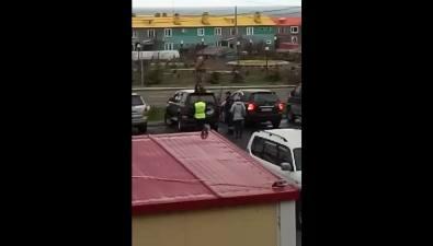 Курильчанин залез накрышу машины, чтобы избежать ееэвакуации
