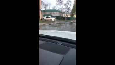 Полицейская поликлиника больше месяца затапливает улицу Амурскую вЮжно-Сахалинске