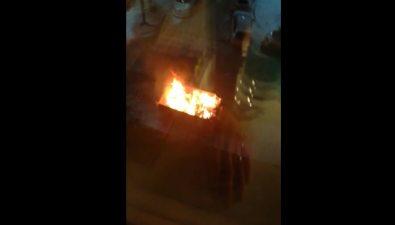 У корсаковского дома, гдена балконе жарили шашлык, сгорели мусорные контейнеры