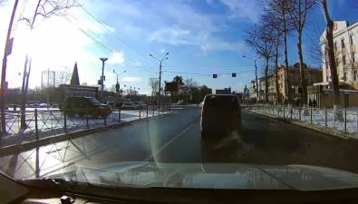"""Из-за нерадивых автолюбителей внедорожнику мэрии пришлось выбираться наКомпроспект через """"черный ход"""""""
