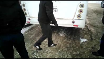 В Южно-Сахалинске пассажирам автобуса пришлось толкать егодо заправки