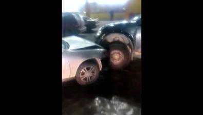 Беспилотный пикап подзавелся ивъехал вчетыре авто напарковке торгового центра