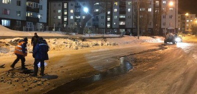 На улице Комсомольской вХолмске забил фонтан