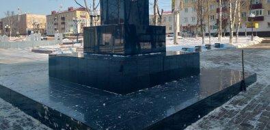 Корсаковское ДРСУ отругали зачистку памятника ледорубом