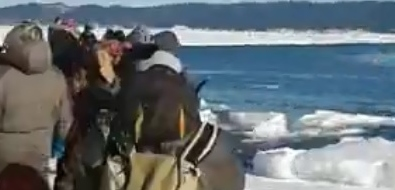 В Охотском снова оторвало лед, накотором сахалинцы ловили рыбу