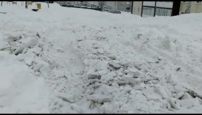 Долинские коммунальщики обещают вывезти снег, который набросали водворе поПодгорной