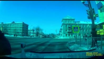 Седан ивнедорожник столкнулись наулице Ленина вЮжно-Сахалинске
