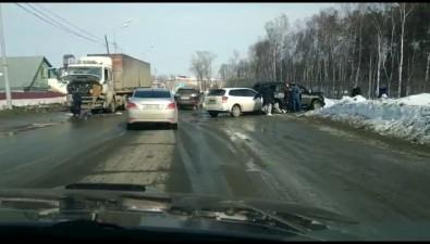 Три машины побились ипролили немного человеческой крови навъезде вДолинск