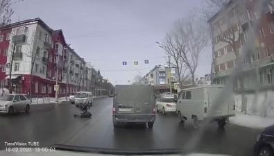 Микроавтобус сбил южносахалинца, который переходил дорогу принеработающем светофоре