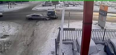 В Южно-Сахалинске Nissan Skyline подбил Mitsubishi Delica наповороте кресторану