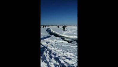 В заливе Мордвинова оторвало ледс рыболовами