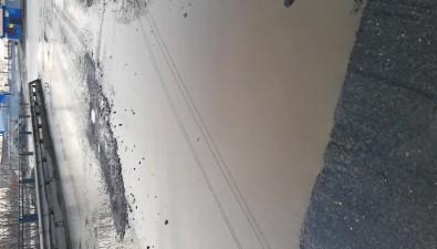 Южносахалинец проверил глубину ямына Милицейской своим автомобилем ирулеткой