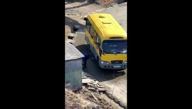 Холмские автобусы даже врежиме самоизоляции используют ручей вкачестве мойки
