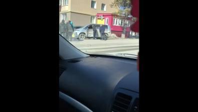 В полупустом Южно-Сахалинске столкнулись Mitsubishi Delica иToyota RAV4