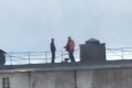 На крыше многоквартирного дома вОхе жарят шашлыки