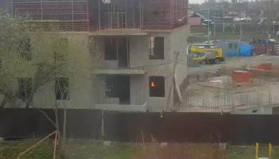 Строители дома наулице Саранской жарят шашлыки непокидая места работы
